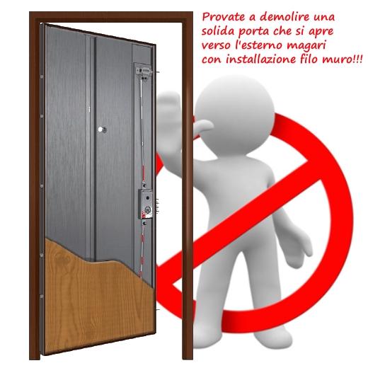 La migliore porta blindata dal unto di vista della resistenza all'effrazione si tira verso l'esterno.